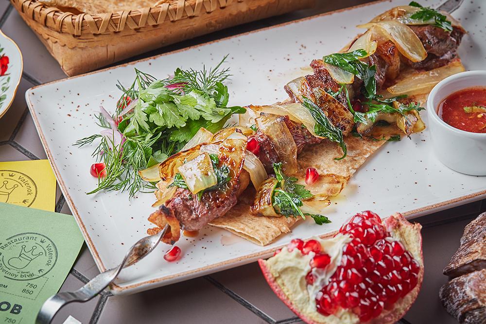 Кулинарные шедевры из яиц приготовить яйца бенедикт с лососем, фриттату с моцарелой и креветками и десерт сабайон — проще простого.