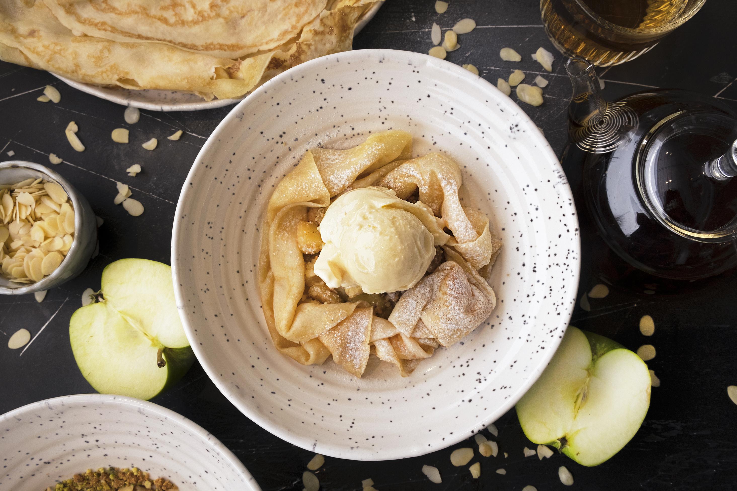Блины на молоке с кармелизированной тыквой и яблоком под малиновым соусом 33